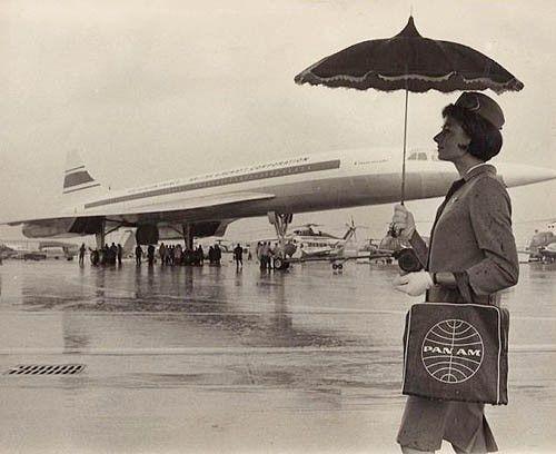 hôtesse de l'air sous la pluie